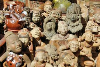 mercado-otavalo-tallas-madera-ecuador