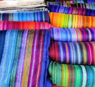 mercado-otavalo-telas-colores-ecuador